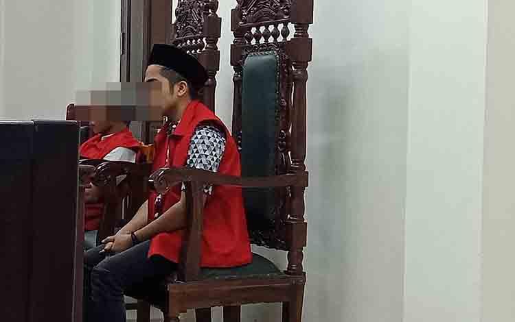 Ag dan SS alias Ye terdakwa kasus curanmor saat menjalani persidangan di Pengadilan Negeri Sampit, Selasa, 27 Agustus 2019.