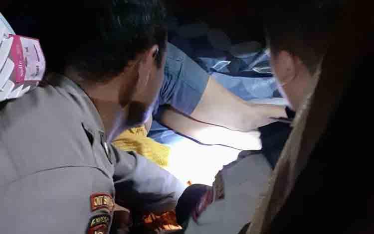 Polisi saat akan melakukan evakuasi mayat Monalisa