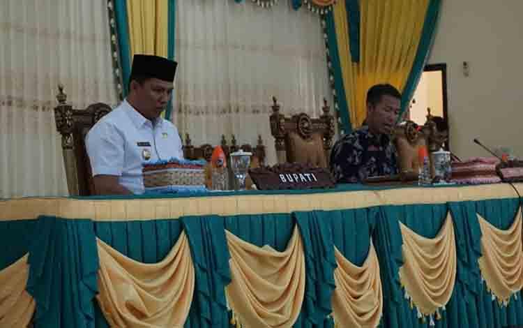 Ketua Sementara DPRD Lamandau Herianto bersama Bupati Hendra Lesmana saat Rapat Paripurna dengan agenda Penetapan Fraksi Pendukung DPRD, Rabu, 28 Agustus 2019.