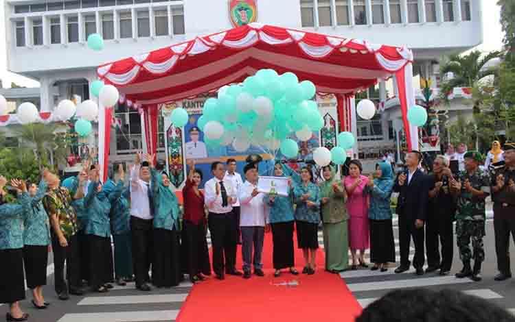 Gubernur Kalimantan Tengah saat membuka Jambore PKK Tingkat Provinsi Kalimantan Tengah.