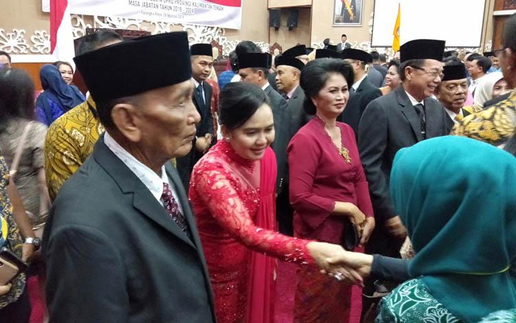 Maryani Sabran mendapat ucapan selamat seusai prosesi pelantikan anggota DPRD Kalteng periode 2019 -2024, Rabu, 28 Agustus 2019.