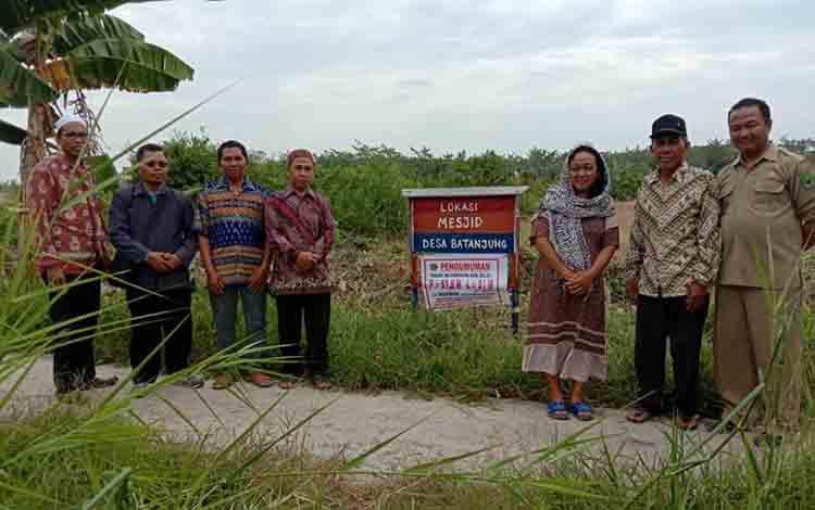 Petugas Kemenag Kapuas dan BPN Kapuas saat hendak melakukan pengukuran tanah wakaf di Desa Batanjung, Kecamatan Kapuas Kuala, Rabu, 28 Agustus 2019