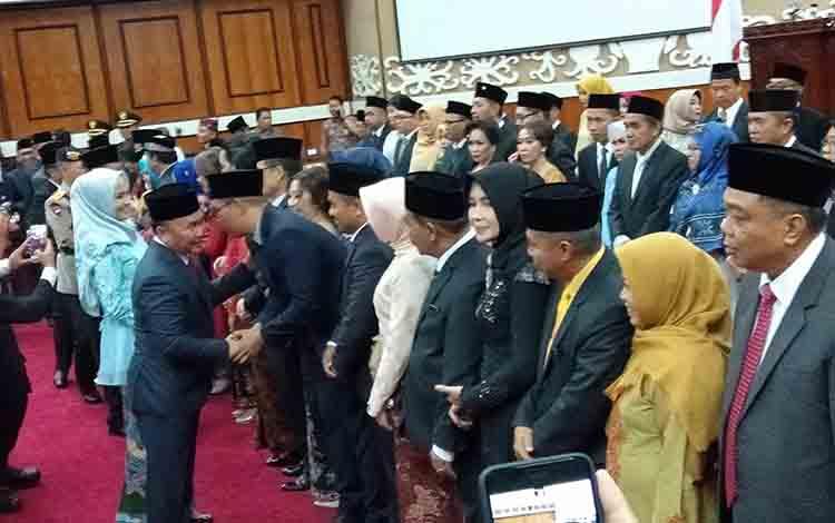 Gubernur Kalteng Sugianto Sabran memberikan ucapan selamat kepada anggota DPRD Kalteng periode 2019-2024, Rabu, 28 Agustus 2019