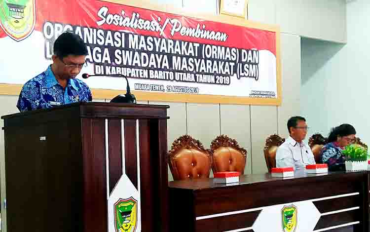 Kepala Badan KesbangPol Barito Utara, Langkap Umar saat membuka kegiatan sosialisasi dan pembinaan ormas dan LSM di aula Kecamatan Teweh Tangah, Kamis 29 Agustus 2019