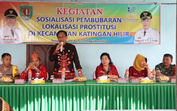 Wakil Bupati Katingan Sunardi Litang saat menyampaikan sambutan pada sosialisais penutupan lokalisasi Km 19, Desa Hampalit, Kamis, 29 Agustus 2019 pagi.