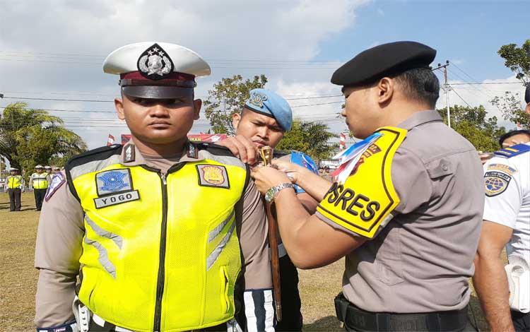Kapolres Sukamara AKPB Suliatoyono memasang pita pelaksanaan Operasi Patuh Telabang 2019