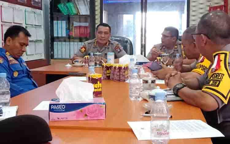 Kabidkum Polda Kalteng Kombes Pol Dwi Tunggal Jaladri memimpin rapat dengan jajaran Polres Katingan.