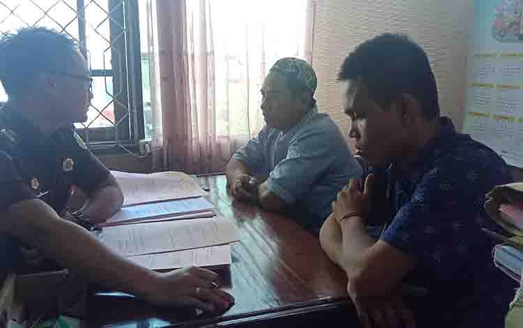 AK, tersangka penadah sepeda motor dan RH, tersangka pencurian sepeda motor, saat diperiksa jaksa di Kejaksaan Negeri Kotim, Kamis, 29 Agustus 2019.