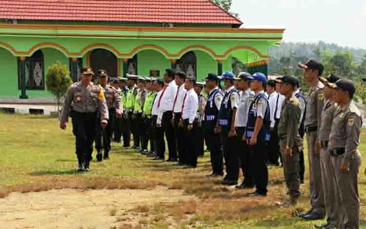 Kapolres Gunung Mas, AKBP Yudi Yuliadin memeriksa kesiapan pasukan saat apel gelar pasukan.