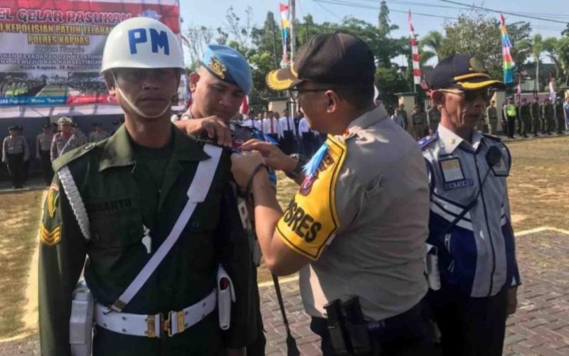 Penyematan tanda dimulainya Operasi Patuh Telabang di Kapuas, Kamis, 29 Agustus 2019.
