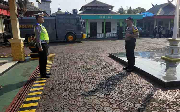 Kasat Lantas Polres Barito Utara AKP Zulyanto Leonardi Kramajaya memberikan laporan kepada Kapolres AKBP Dostan Matheus Siregar pada Apel Gelar Pasukan Operasi Patuh Telabang, Kamis, 29 Agustus 2019.