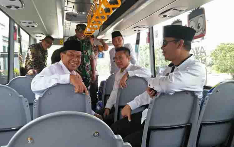 Wakil Bupati Sukamara, Ahmadi menaiki bis sekolah bantuan dari kementerian