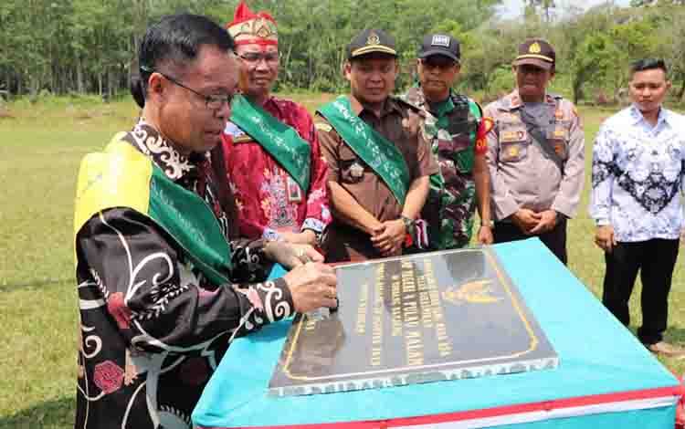 Bupati Katingan, Sakariyas resmikan SMPN 4 Pulau Malan, Kamis, 29 Agustus 2019.