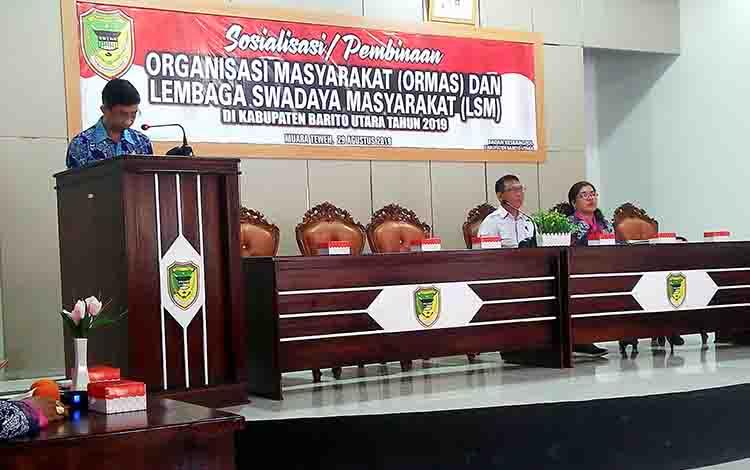 Kepala Badan Kesbangpol Barito Utara Langkap Umar saat membuka Sosialisasi dan Pembinaan Ormas dan LSM di aula Kecamatan Teweh Tangah, Kamis, 29 Agustus 2019.