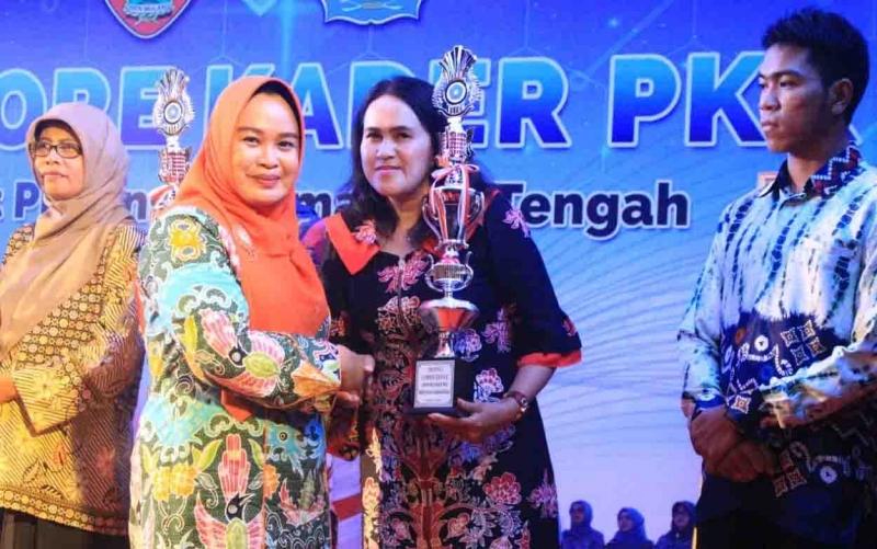 TP PKK Pulang Pisau saat menerima piala sebagai juara harapan II lomba defile, Kamis, 29 Agustus 2019 malam.