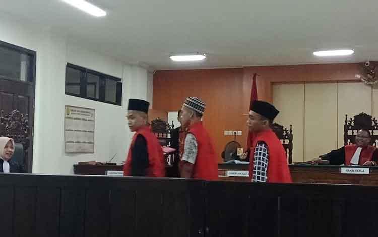 Trio residivis yakni AM, 25, Irf, 21, dan AB, terdakwa kasus pencurian seusai sidang vonis di Pengadilan Negeri Sampit, Jumat, 30 Agustus 2019.
