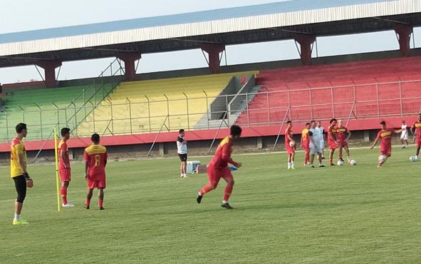 Pemain Kalteng Putra saat berlatih sebelum bertolak ke markas tuan rumah, Madura United.