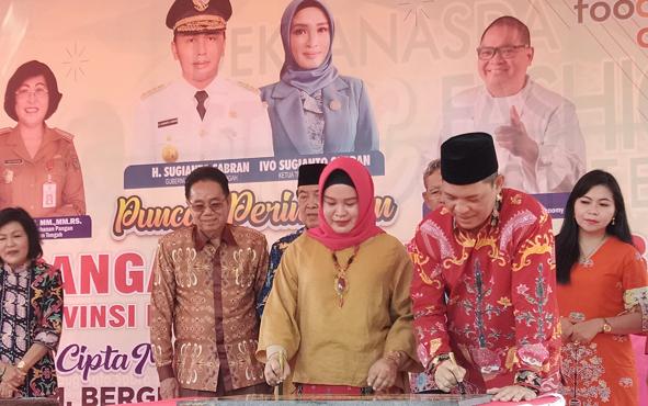 Sekda Kalteng Fahrizal Fitri beserta istri, menandatangani prasasti tanda peluncuran Toko Tani Indonesia Center, Provinsi Kalimantan Tengah, di Palangka Raya, Sabtu, 31 Agustus 2019.
