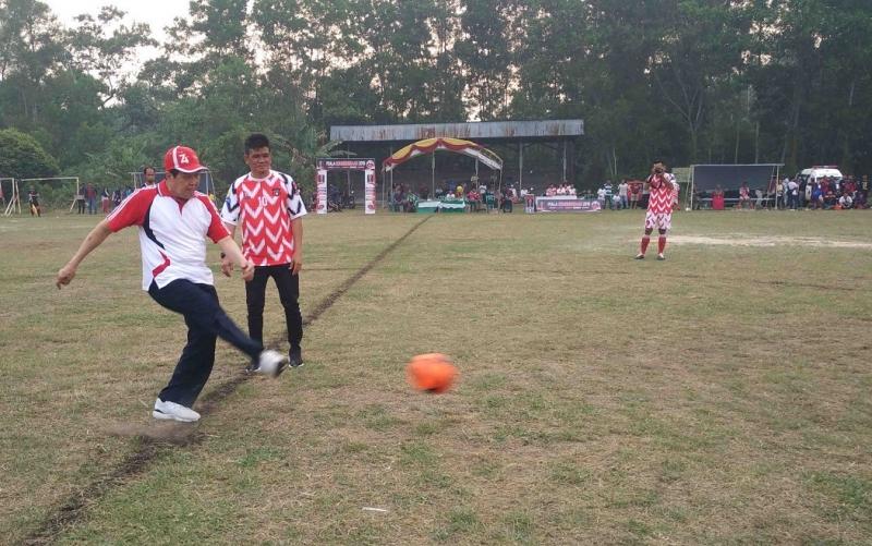 Pembukaan turnamen sepakbola piala kemerdekaan di Sampit, Minggu, 1 September 2019.