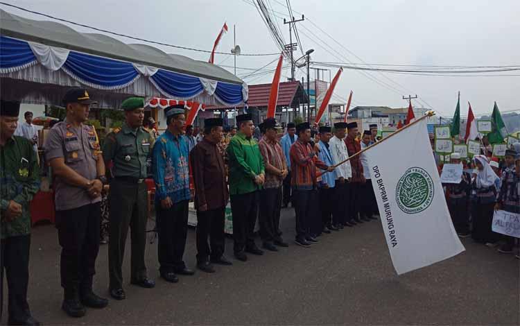 Wakil Bupati Murung Raya, Rejikinoor melepas peserta karnaval taaruf memperingati 1 Muharram 1441 Hijriah, Minggu 1 September 2019