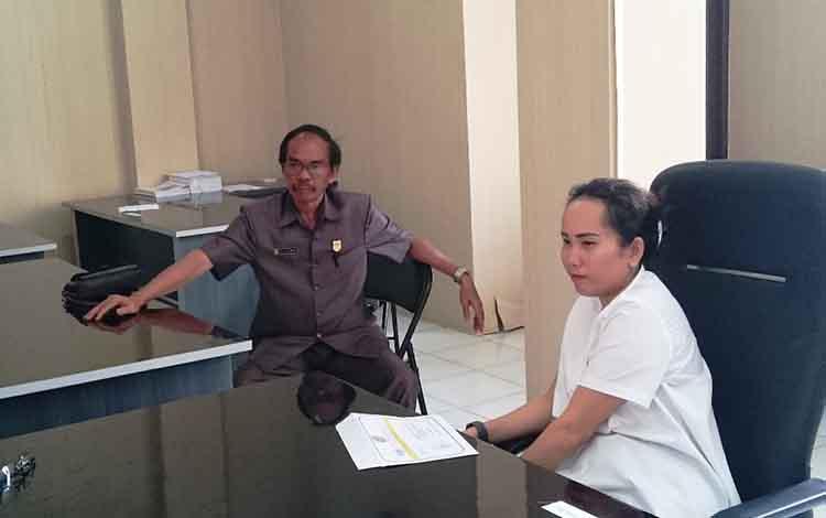 Ketua Sementara DPRD Kabupaten Gunung Mas, Gumer (kiri), mengingatkan kepala desa agar berhati-hati dalam mengelola Dana Desa (DD) dan Alokasi Dana Desa (ADD).