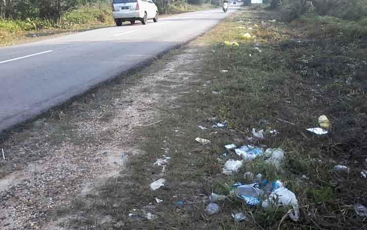 Sampah rumah tangga berserakan di Jalan Soekarno - Hatta Kasongan, Senin, 2 September 2019. Warga sekitar minta Pemkab Katingan menambah pembangunan TPS.