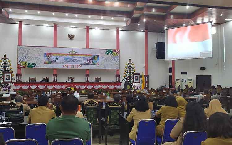 Sekwan Kota Palangka Raya Sitti Masmah membacakan tujuh fraksi pendukung DPRD Kota Palangka Raya  dalam rapat paripurna, Senin, 2 September 2019.