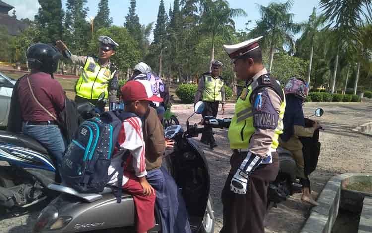 Jajaran Satlantas Polres Kobar saat menggelar Operasi Patuh Telabang, Senin, 2 September 2019. Pelanggaran didominasi surat kelengkapan kendaraan dan pengendara tanpa helm.