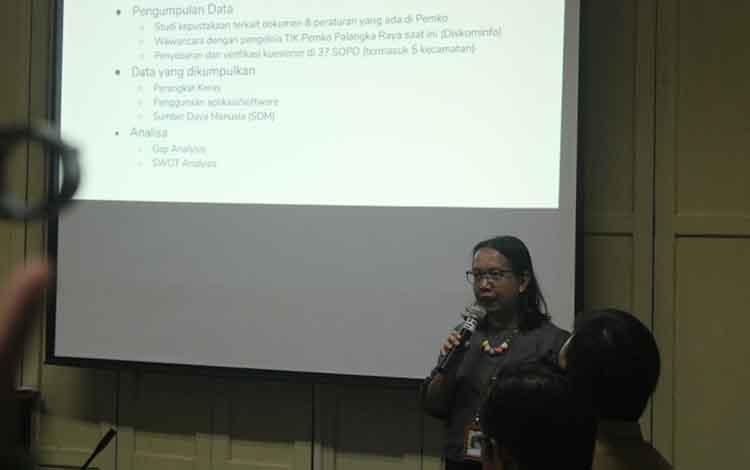Anggota LPPM Universitas Palangka Raya, Arista, saat paparan akhir penyusunan rencana induk TIK di Aula Bappeda, Kota Palangka Raya, Senin, 2 September 2019. Pemerintah Kota Palangka Raya Harus Bangun Aplikasi ini untuk Terapkan E-Governance