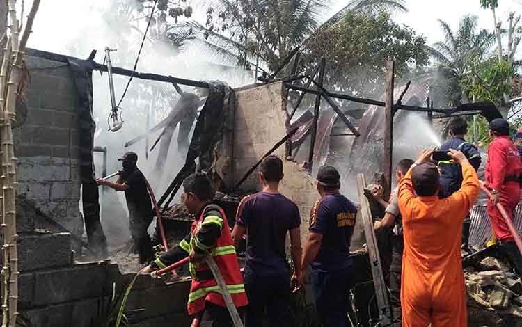 Petugas kebakaran kessulitan mengatasi kebakaran karena jalan sempit di Jalan Rajawali VII, Palangka Raya, Senin 2 September 2019