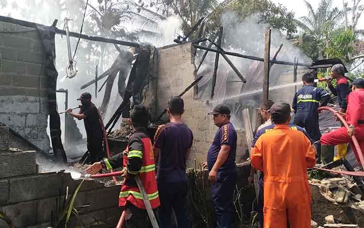 Petugas Pemadam Kebakaran saat pemadaman kebakaran rumah pensiunan PNS di Palangka Raya. Api diduga berasal dari kebocoran gas.