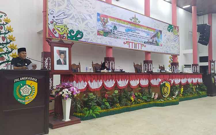 Wakil Ketua Sementara DPRD Kota Palangka Raya, Subandi memimpin rapat paripurna dengan agenda pembukaan masa sidang