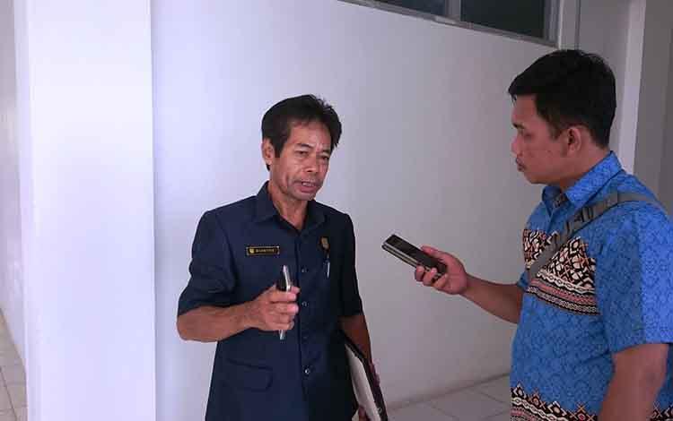 Anggota DPRD Kabupaten Gunung Mas Riantoe saat mengimbau masyarakat hati-hati berkendara.