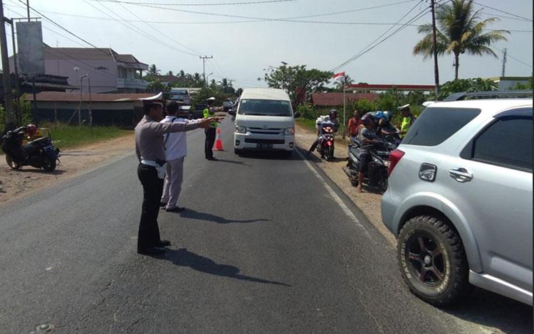 Personel Satlantas Polres Kapuas saat Operasi Patuh Telabang di Kota Kuala Kapuas. Polisi tindak 60
