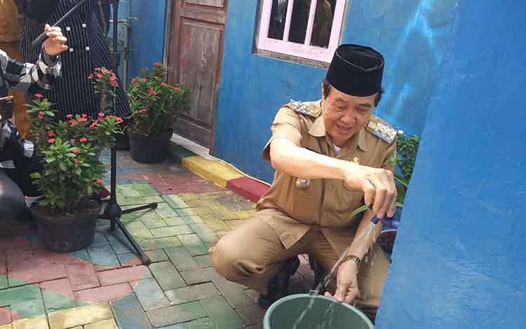 Wakil Bupati Kotim Taufiq Mukri minta masyarakat terus mengurangi bahkan menghilangkan kebiasaan buang air besar (BAB) di Sungai Mentaya.