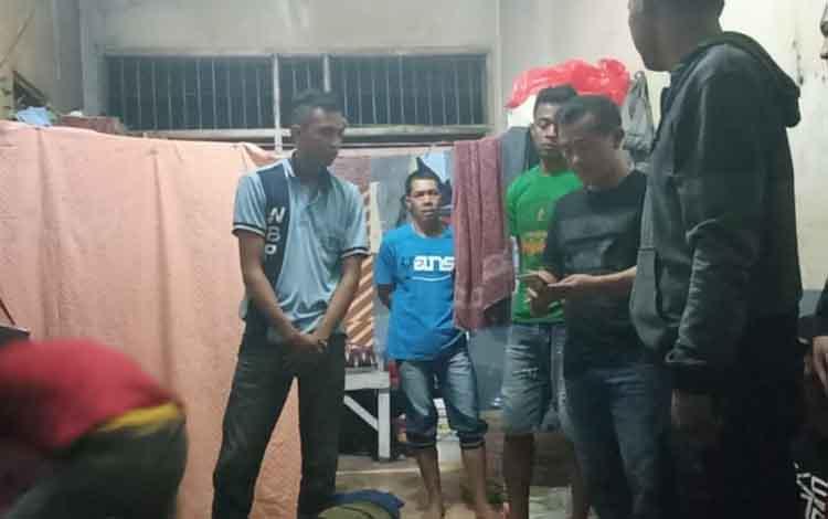 Kepala Pengamanan Lapas (KPLP) Arip Herdian melakukan razia dan penggeledahan di ruangan narapdiana seusai menerima laporan adanya postingan napi di media sosial