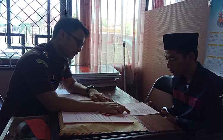 Tersangka, Sin alias Zai saat diperiksa jaksa ketika tahap II di Kejari Kotim, Selasa, 3 September 2019. Dalam keterangannya, dia mengaku beli satu paket sabu dan dibagi untuk diedarkan kembali.