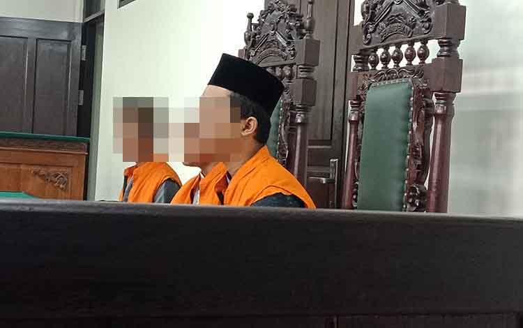 MNS alias Put, Ton, dan AMR alias Angalias Bu yang merupakan kawanan residivis terdakwa kasus pencurian laptop saat sidang di Pengadilan Negeri Sampit, Selasa, 3 September 2019.