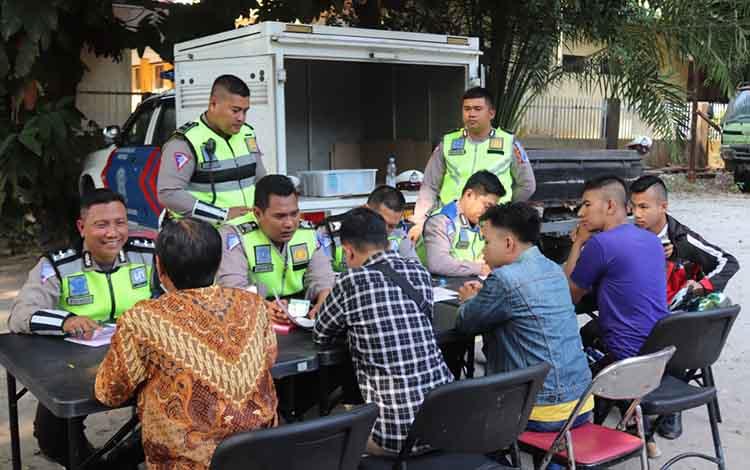 Polantas Polda Kalteng saat berhadapan dengan para pengemudi yang motor dan mobilnya ditilang, Rabu 4 September 2019. Anggota Polda Kalteng diminta bersabar mengahadapi para pengemudi yang tidak beradab selama Operasi Patuh Telabang.
