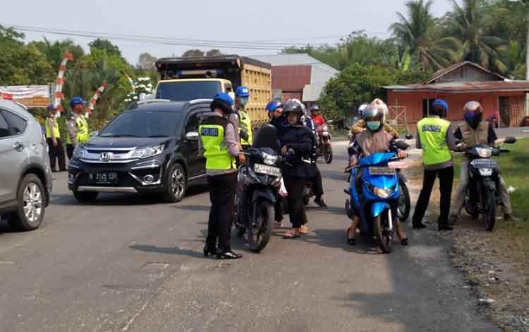 Sejumlah pengendara diperiksa perlengkapan berkendara saar razia pada Operasi Patuh Talabang di Pulang Pisau, Rabu, 4 September 2019
