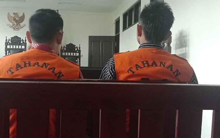 SL alias Son dan Nop mendengarkan vonis hakim di Pengadilan Negeri Sampit, Rabu, 4 September 2019.