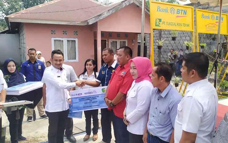 Wali Kota Palangka Raya, Fairid Naparin menyerahkan bantuan Rp 8 miliar. Dana ini digunakan untuk membangun fasilitas umum