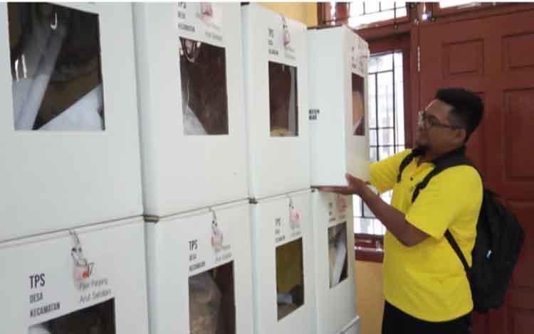Salah seorang anggota PPKD Pasir Panjang saat menyusun kotak hasil pilkades serentak yang digelar Rabu, 4 September 2019