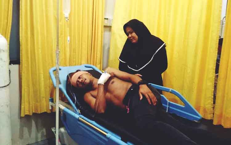 Rizky Andira (25) saat terbaring di IGD RSUD dr Doris Sylvanus Palangka Raya. Rizki Andira menceritakan kronologi pembacokan terhadapnya di Wisma Grand Patria Palangka Raya.