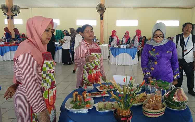 Seorang juri saat menilai masakan peserta, pada lomba masak serba ikan yang digelar Dinas Perikanan Kotim, Rabu, 4 September 2019.