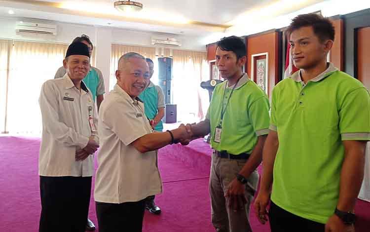 Asisten II Bupati Murung Raya saat melepas peserta pelatihan operator alat berat Desa Parahau, Rabu- 4 September 2019