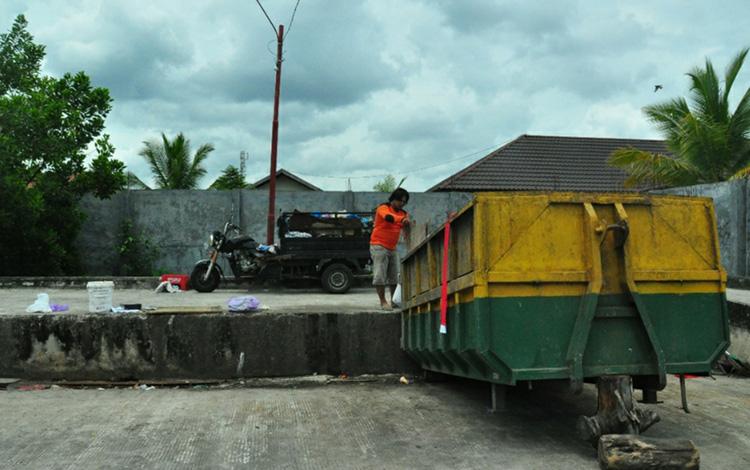 Depo sampah di Kota Palangka Raya. Wali Kota Fairid Naparin berjanji depo sampah yang dibangun pemerintah tidak akan mengganggu kenyamanan masyarakat.