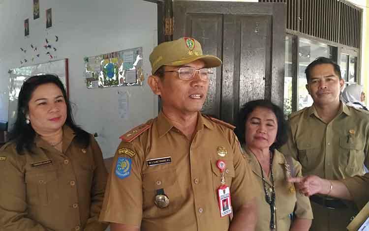 Kepala Dinas Pendidikan Provinsi Kalteng, Slamet Winaryo saat diwawancara. Dia menyampaikan wacana jam masuk sekolah diundur dampak kabut asap pekat yang melanda.