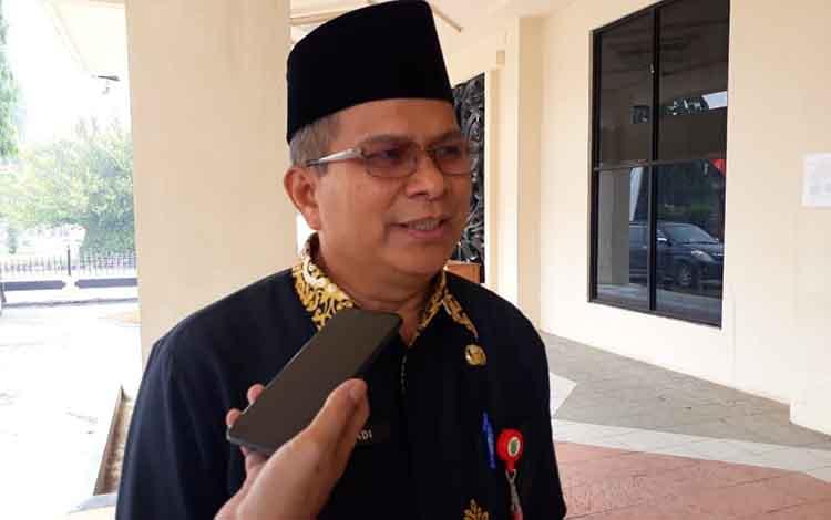 Kepala DPPKB3A Barsel, Suriadi Kurnain saat diwawancarai soal target daerahnya untuk segera mewujudkan sebagai kabupaten layak anak guna memberikan hak anak