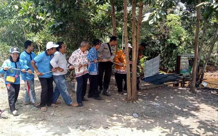 Aparat Desa Bungai Jaya, Kecamatan Basarang, Kabupaten Kapuas,bersama lintas sektor membongkar sejumlah kakus disungai atau oleh masyarakat setempat biasa disebut WC helikopter, Kamis, 5 September 2019.